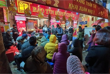 Hanoians queue outside gold shops on God of Wealth Day