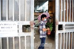 Hanoi's largest flower market goes online