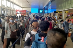 Tan Son Nhat Airport overcrowded again after social distancing