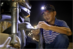 HCM City man offers free nighttime motorbike repair service