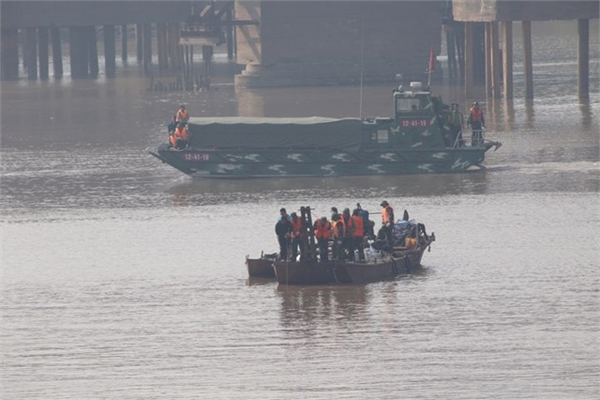Suspected bomb under Hanoi bridge