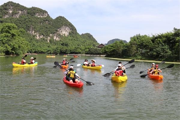 Trang An introduces kayak sailing service