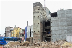 Super-slim houses continue being built on Hanoi's new street