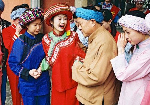 Theo phong tục của người Thổ Gia (Trung Quốc), cô dâu phải khóc trong lễ cưới để thể hiện sự hiếu thảo