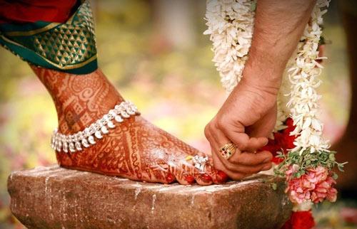 Ở Ấn Độ, cô dâu theo đạo Hindu sẽ đeo chiếc nhẫn cưới vào ngón chân của mình thay vì ngón áp út như các nơi khác