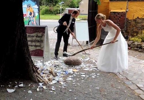 Để xua đuổi ma quỷ, tà ma, các cô dâu, chú rể ở Đức thường tổ chức