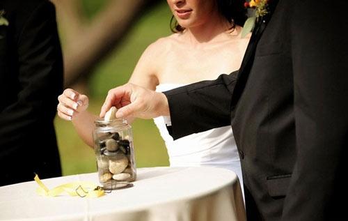 Trong đám cưới ở Australia, các khách mời đến dự phải nắm chặt viên đá đồng tâm trong suốt thời gian hôn lễ diễn ra