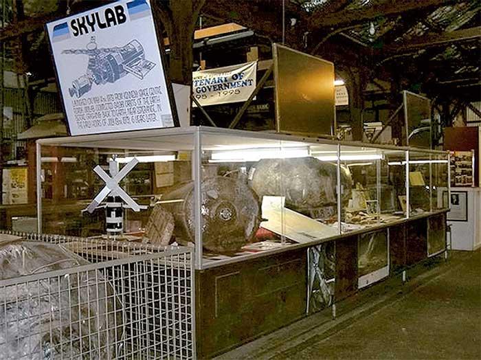Nhiều mảnh vỡ lớn được người dân tại thị trấn Esperance thu lượm sau khi Skylab rơi xuống Trái đất.