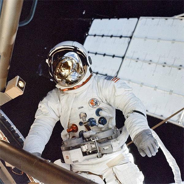 Phi hành gia Jack Lousma thực hiện nhiệm vụ ngoài không gian trên Skylab.