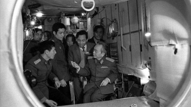 Đại tướng Võ Nguyên Giáp đến thăm phi công Phạm Tuân tại trung tâm huấn luyện phi công vũ trụ.