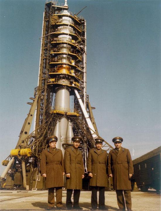 Từ trái sang là Viktor Gorbatko, Phạm Tuân và hai phi hành gia dự bị Bùi Thanh Liêm, Valery Bykovsky chụp ảnh bên cạnh Soyuz 37.