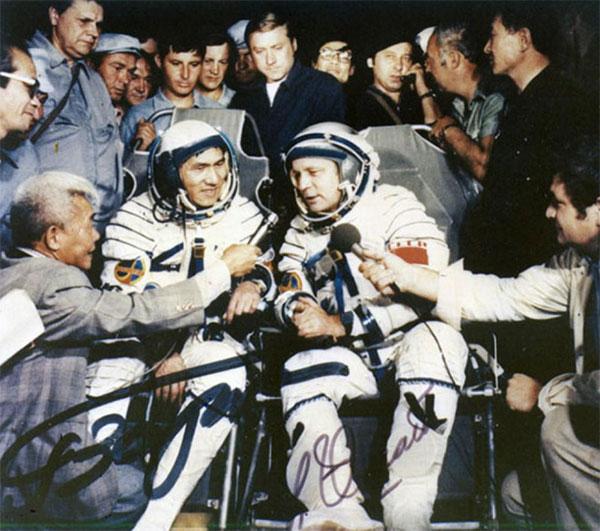 Phóng viên báo đài Liên Xô phỏng vấn hai nhà du hành vũ trụ vừa hoàn thành sứ mệnh của mình.