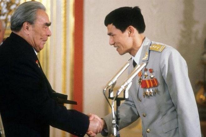 Phi hành gia Phạm Tuân nhận huân chương từ Tổng bí thư Đảng Cộng sản Liên Xô Leonid Brezhnev tại Điện Kremlin