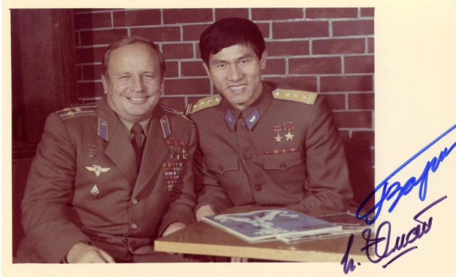 Ảnh tư liệu chụp năm 1981 có chữ ký củaanh hùng Phạm Tuân (lúc này mang hàm Thượng tá) cùng nhà du hành Viktor Gorbatko.