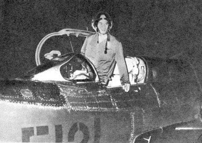 Phi công Phạm Tuân vào đêm 27/12/1972 trước khi cất cánh thực hiện nhiệm vụ