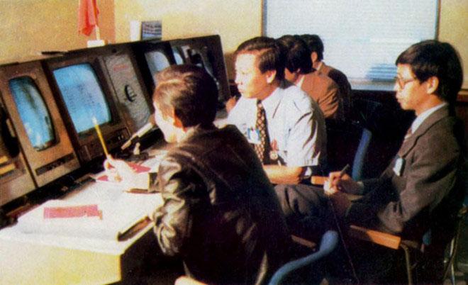 Các chuyên gia và nhà báo Việt Nam tại phòng điều khiển của phi vụ.