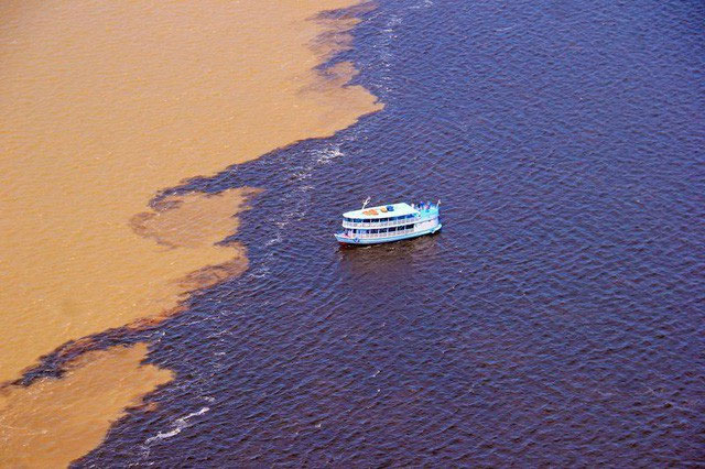 Nơi nước của hai dòng sông không hòa lẫn, tạo nên cảnh tượng kỳ diệu.