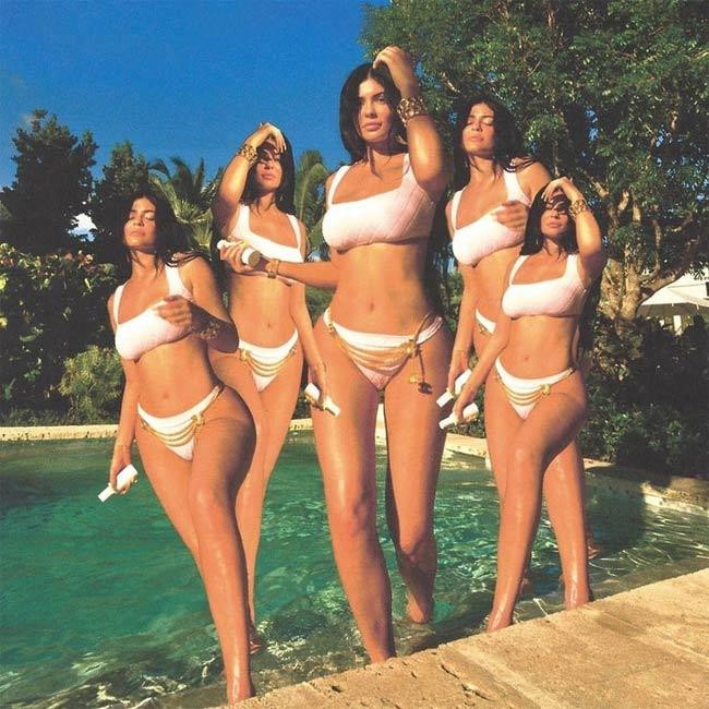 Nhiều người khen ngợi vóc dáng của cô trong bộ áo tắm màu trắng nhã nhặn.Tông màu trắng khi sử dụng cho đồ bơi tưởng chừng như đơn điệu, nhưng chính sự đơn giản đó lại càng tôn lên đường cong siêu bốc lửa của cô út nhà Kardashian.