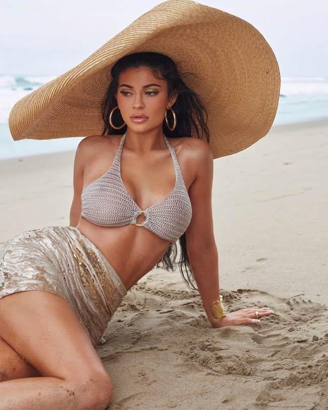 Bạn có thể học Kylie cách phối áo bikini và cover up cùng tông màu trung tính nhã nhặn.