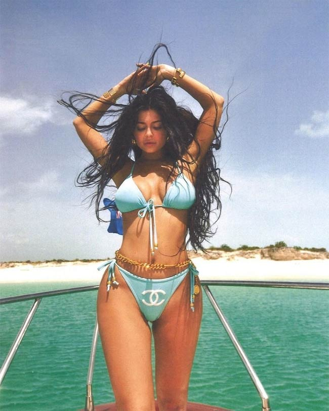 Tủ đồ bikini của Kylie không thể thiếu những bộ áo tắm hàng hiệu như Chanel.