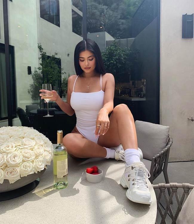 Kylie Jenner khoe ảnh mặc monokini lên mạng xã hội, nhận được hàng triệu lượt yêu thích.