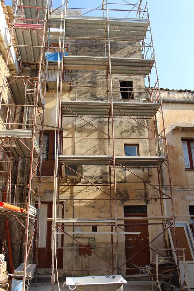 Nhiều ngôi nhà được bán với giá rẻ đang được bao quanh bởi giàn giáo phục vụ cho việc sửa chữa.