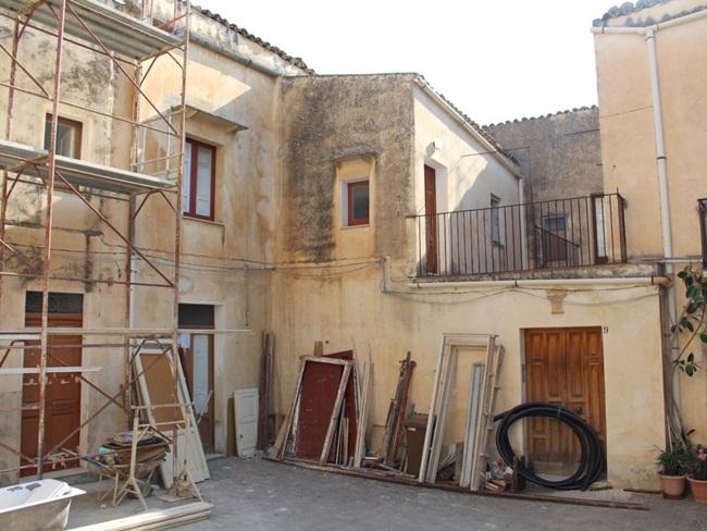Sambuca là nơi từng rao bán các ngôi nhà giá 1 USD. Nhiều ngôi nhà đã được rao bán, một số đã được bán, một số đang được cải tạo.