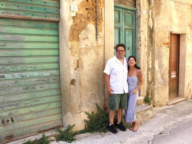 Tamara và Gary Holm - một căp vợ chồng người Mỹ đang mua lại một ngôi nhà ở Sambuca. Họ mua lại từ người khác nên mức giá không phải 1 USD nên ít phải sửa chữa hơn.