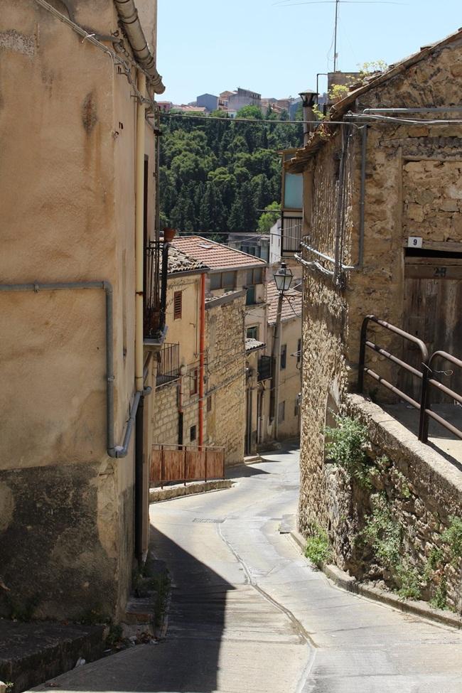 Còn tại Camarata - nơi cũng có những ngôi nhà 1 USD được rao bán, các ủy viên hội đồng thị trấn cho biết, người trẻ chọn sống ở khu vực lân cận vì ở đây đường nhỏ, hẹp không thể lái ô tô.