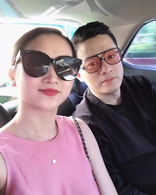 """Yến Phương là vợ hai của ca sĩ Lam Trường. Cặp đôi có một con gái chung. Yến Phương sinh sống ở Mỹ trong khi """"anh Hai"""" thường xuyên đi đi về về giữa hai nơi vì công việc."""