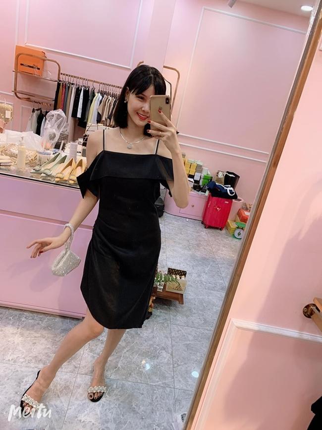 Vốn có lợi thế ngoại hình, Kỳ Hân thường tự làm mẫu các trang phục mà cô đang bán.