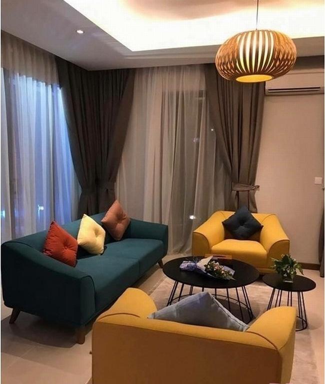 Nội thất trong căn hộ được Trường Giang - Nhã Phương bài trí gọn gàng, ngăn nắp toát lên phong cách cổ điển nhưng ấm cúng và sang trọng.