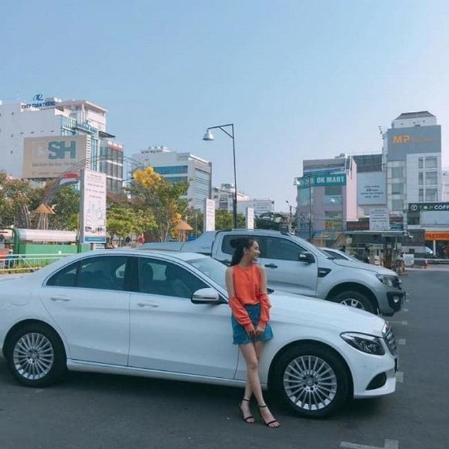 Hình ảnh hiếm hoi của Nhã Phương bên xe hơi tiền tỷ. Vốn là người kín tiếng, nữ diễn viên ít khi khoe tài sản riêng trên mạng xã hội.