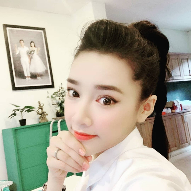 Nhã Phương khéo léo đăng ảnh selfie khoe nhan sắc xinh đẹp trong căn nhà ở Tp. HCM của hai vợ chồng. Đây là lần hiếm hoi người hâm mộ thấy bà xã Trường Giang khoe ảnh nhà cửa trên mạng xã hội.