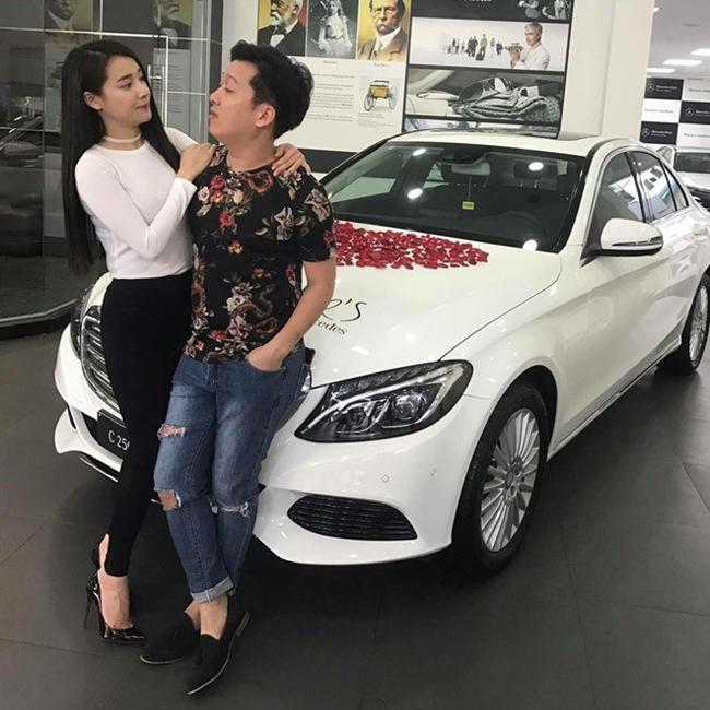 Năm 2017, người hâm mộ bắt gặp Trường Giang và Nhã Phương tới nhận xe mới ở showroom. Đây là chiếc Mercedes Benz có giá khoảng gần 2 tỷ đồng. Thông tin Trường Giang mua ôtô cho Nhã Phương được một người bạn của hai người chia sẻ.