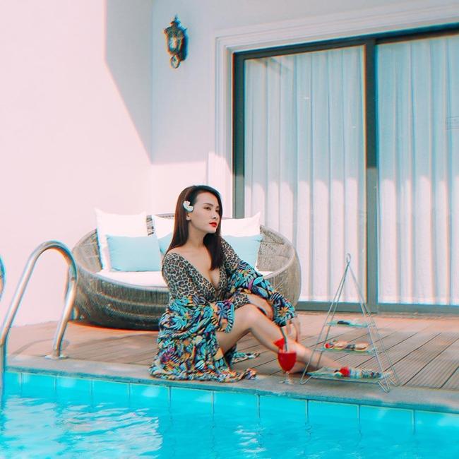"""Trên thực tế, căn biệt thự được vợ chồng Bảo Thanh mua và lên ý tưởng thiết kế từ năm 2018. Nữ diễn viên 9X từng bày tỏ niềm mơ ước có một căn nhà mở cửa ra là có thể chạy ào ra biển vào cuối năm 2018: """"Welcome to our villa this summer. Ước mơ mở cửa là chạy ào ngay ra biển của Tấm và Bin đã thành hiện thực""""."""