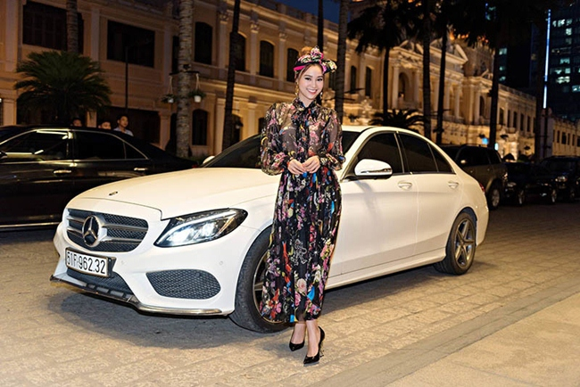 Cận kề tuổi 30, Lan Ngọc đã có trong tay khối gia tài khổng lồ. Hiện cô đang sở hữu một chiếc xe hơi có giá gần 2 tỷ đồng.