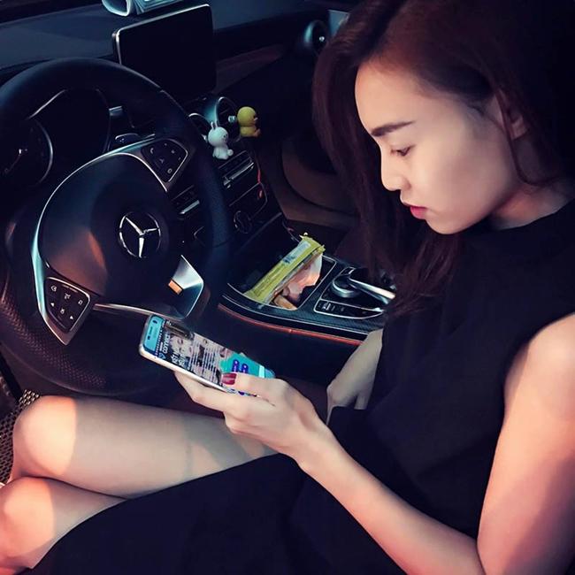 Nữ diên viên thường xuyên tự lái chiếc xế hộp của mình. Bên cạnh công việc diễn xuất, Lan Ngọc còn có thể nguồn thu nhập khác từ việc kinh doanh khi đang là bà chủ của một tiệm spa và một quán chè.