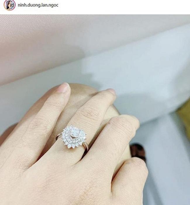Đầu năm 2019, Ninh Dương Lan Ngọc cũng tự thưởng cho bản thân khi tậu về chiếc nhẫn kim cương đắt giá.
