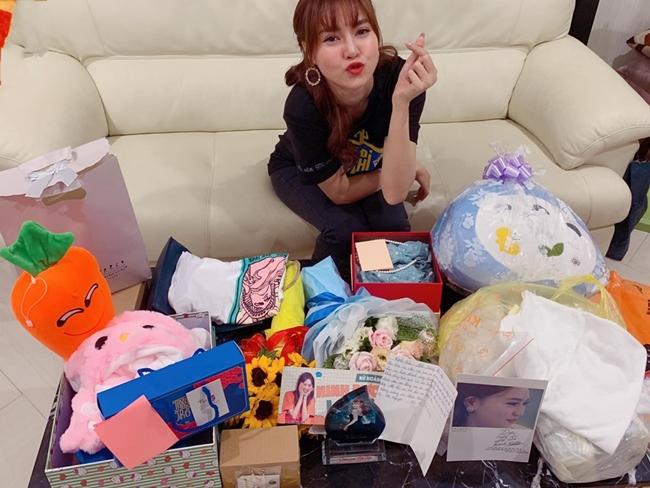Nữ diễn viên 9X tự tay sắp xếp đồ đạc chuẩn bị cho những chuyến đi công tác dài ngày.