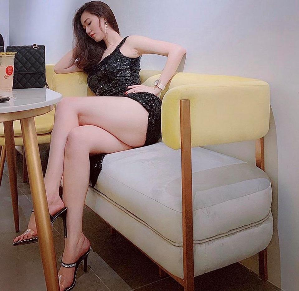 Khánh My tạo dáng phản cảm với váy ngắn chỉ để khoe vòng 3 gần 100cm - 1