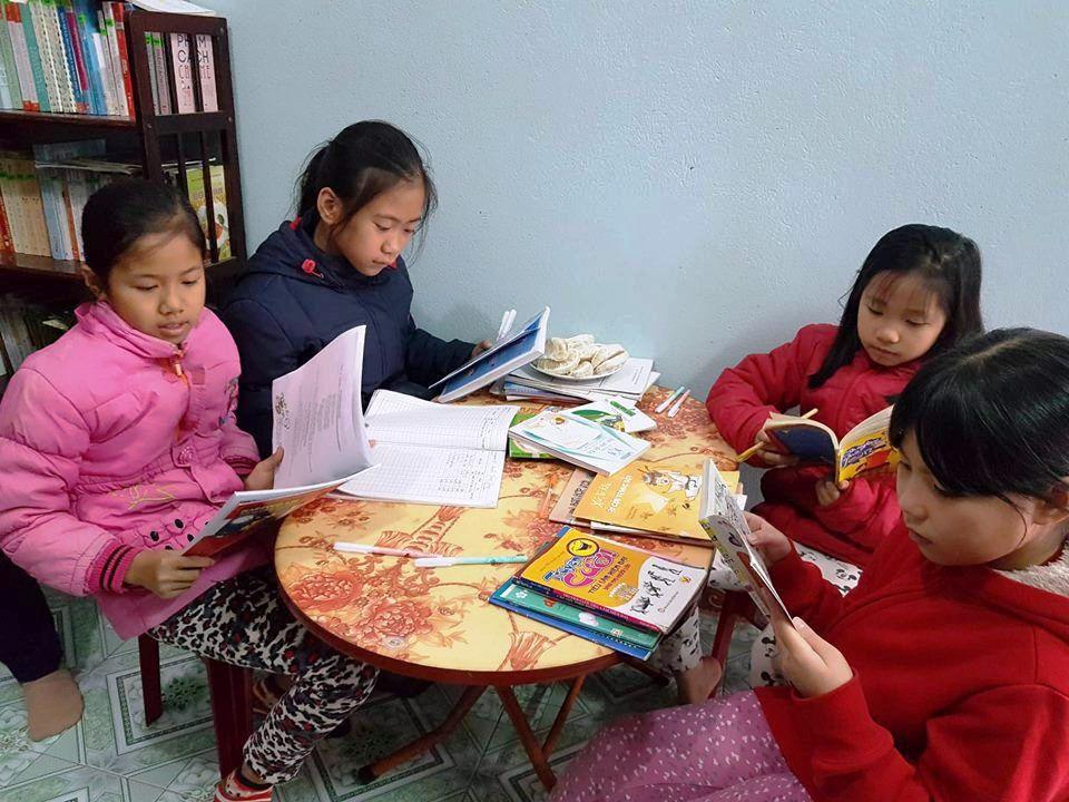 Hoạt động được ít tháng nhưng đến nay tủ sách của thầy giáo làng đã có hơn 10.000 lượt mượn sách, hàng trăm độc giả ruột.