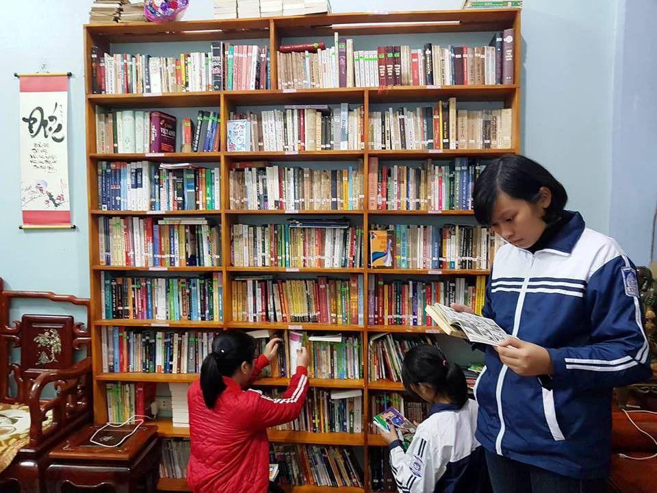 Học sinh được chọn lựa sách thoải mái tại tủ sách gia đình thầy Đông.