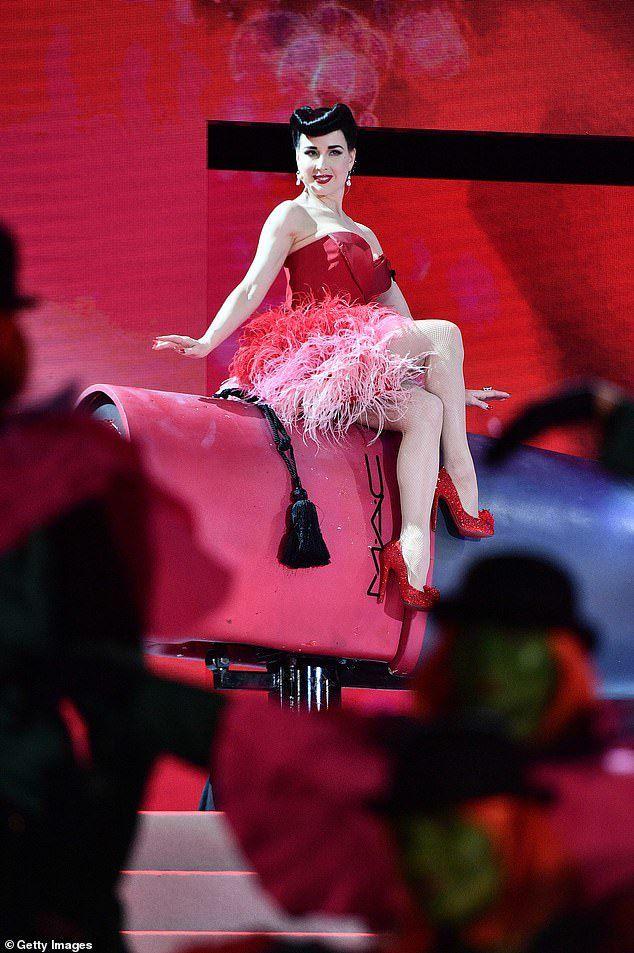 Nhan sắc đáng ngưỡng mộ của vũ nữ thoát y U50 Dita Von Teese - 7