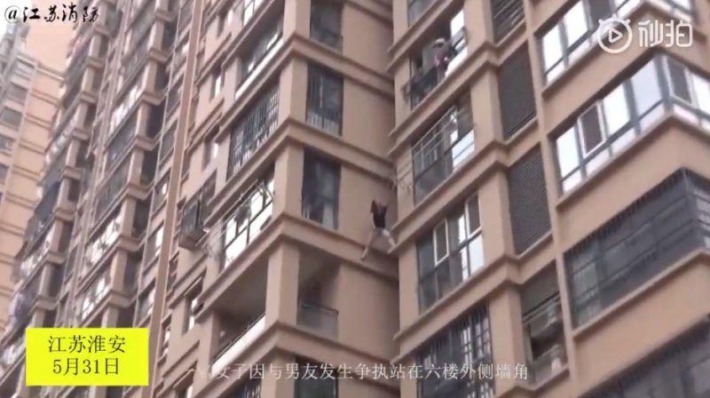 Cô gái liều lĩnh trèo từ tầng 6 chung cư ra ngoài để thoát khỏi bạn trai - 2