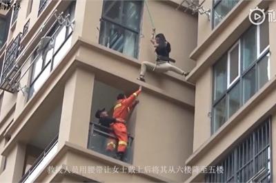 Cô gái liều lĩnh trèo từ tầng 6 chung cư ra ngoài để thoát khỏi bạn trai