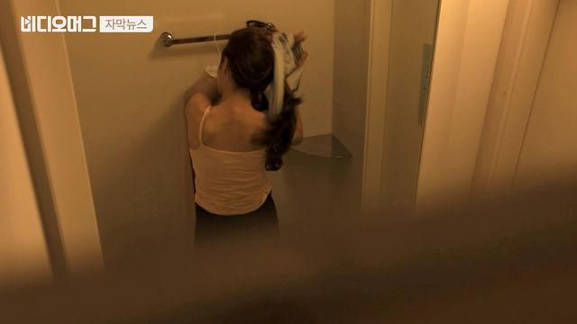 Sốc khi phát hiện camera quay lén giấu kín trong bàn chải cọ toilet - 1