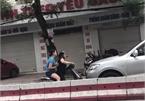 Hai phụ nữ đi xe máy ngược chiều chặn đầu mắng chửi ô tô