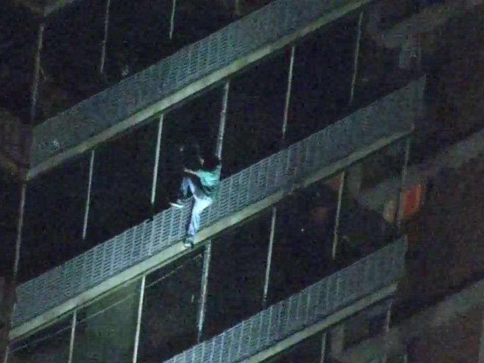 Người đàn ông được ví như Người Nhện khi leo 19 tầng nhà tìm mẹ trong cơn hỏa hoạn - 2