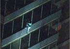 Người đàn ông leo 19 tầng nhà tìm mẹ trong cơn hỏa hoạn